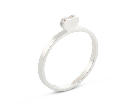 Questo grazioso 14 kt a forma di cuore anello in oro bianco presenta delicati diamanti sulla sua superficie e appartiene alla gamma dimpilamento