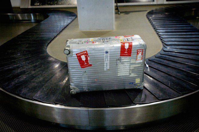 """lifehack.org Mesmo que não seja, colocar uma etiqueta de """"frágil"""" faz com que manejem suas malas com mais cuidado. Além disso, elas são colocadas no topo da pilha de bagagens, o que significa que a sua mala será uma das primeiras a ser colocada na esteira."""