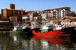 ESPAGNE / PAYS BASQUE / GETARIA / Le port de Getaria, situé entre la localité et l'île de San Antón, est l'un des refuges les plus sûrs de tout le golfe de Gascogne et un point important de la pêche côtière. Ce port a subi une notable transformation dans les années passées : il a été équipé de nouveaux quais, de jetées pour les embarcations de plaisance et de zones de déchargement. Ses installations sont idéales car elles combinent port de pêche et port de plaisance.