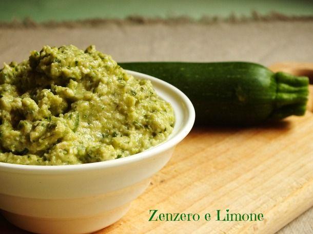 Il pesto di zucchine è una crema molto delicata; perfetta per condire una pasta, ma ugualmente ottima spalmata sopra a dei crostini di pane.