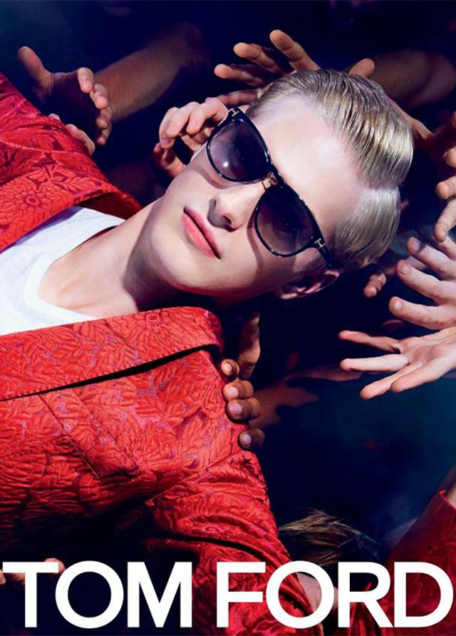 După succesul casei de modă Tom Ford de anul trecut la capitolul accesorii și modele de ochelari, brandul se repoziționează în topul celor mai rafinate stiluri de ochelari și își recapătă și în acest an locul de importanță. Pentru vara anului 2014, modelul de ochelari în forme dramatice oversized , cu accente de epocă, este considerat de celebrul designer un must have!
