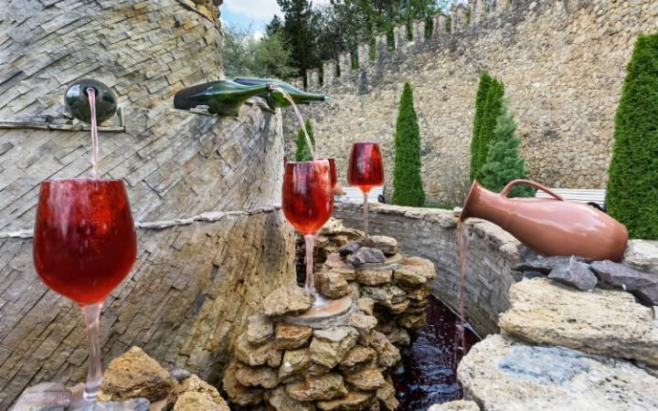 Mileștii Mici's fountain features massive wine glasses