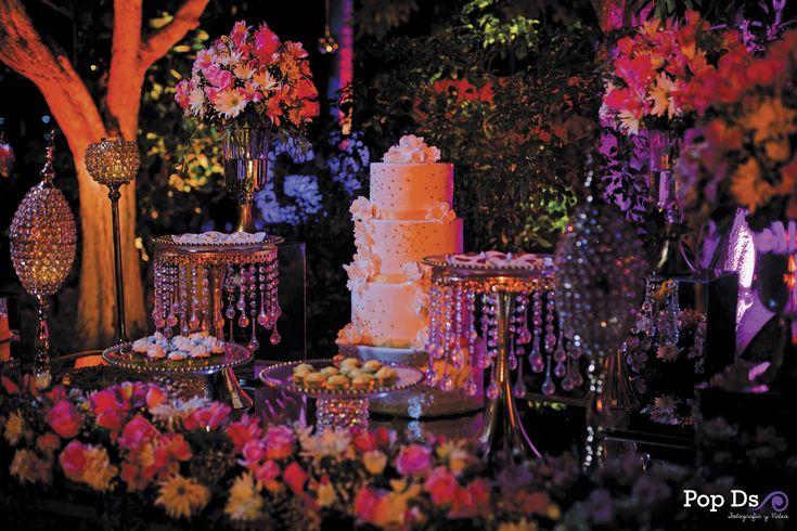 ¿Te imaginas que la mesa de tu pastel se vea como salido de un cuento de hadas? Utiliza cristalería y muchas flores para lograrlo.  #flowers #wedding #boda #bodas #pastel #cake