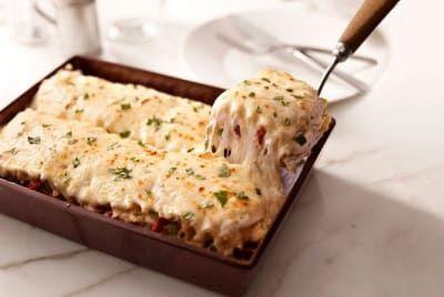 Dile hasta luego a la lasaña tradicional con esta divina lasaña con pollo desmenuzado, tomates secos y alcachofas sobre una exquisita salsa blanca. La receta completa está por acá.