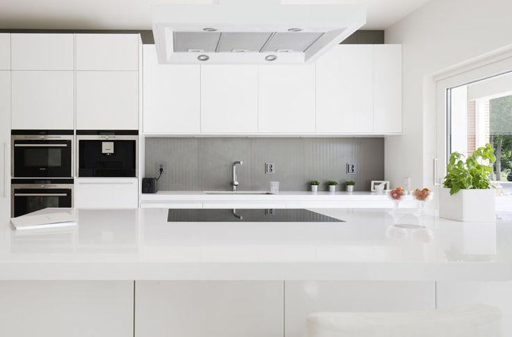 Valkoinen keittiö ja harmaa välitila