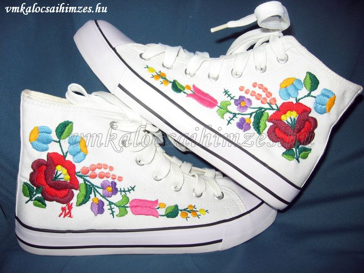 T. D. Éva kalocsai mintás kézzel hímzett cipő