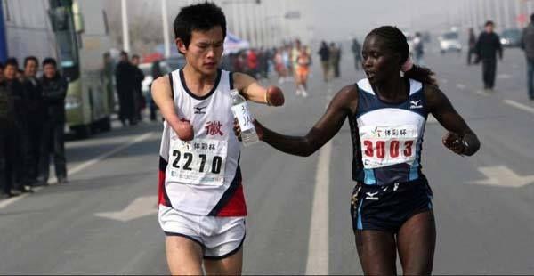 Une championne mondiale de marathon ralentit sa course pour aider un homme handicapé à boire de l'eau