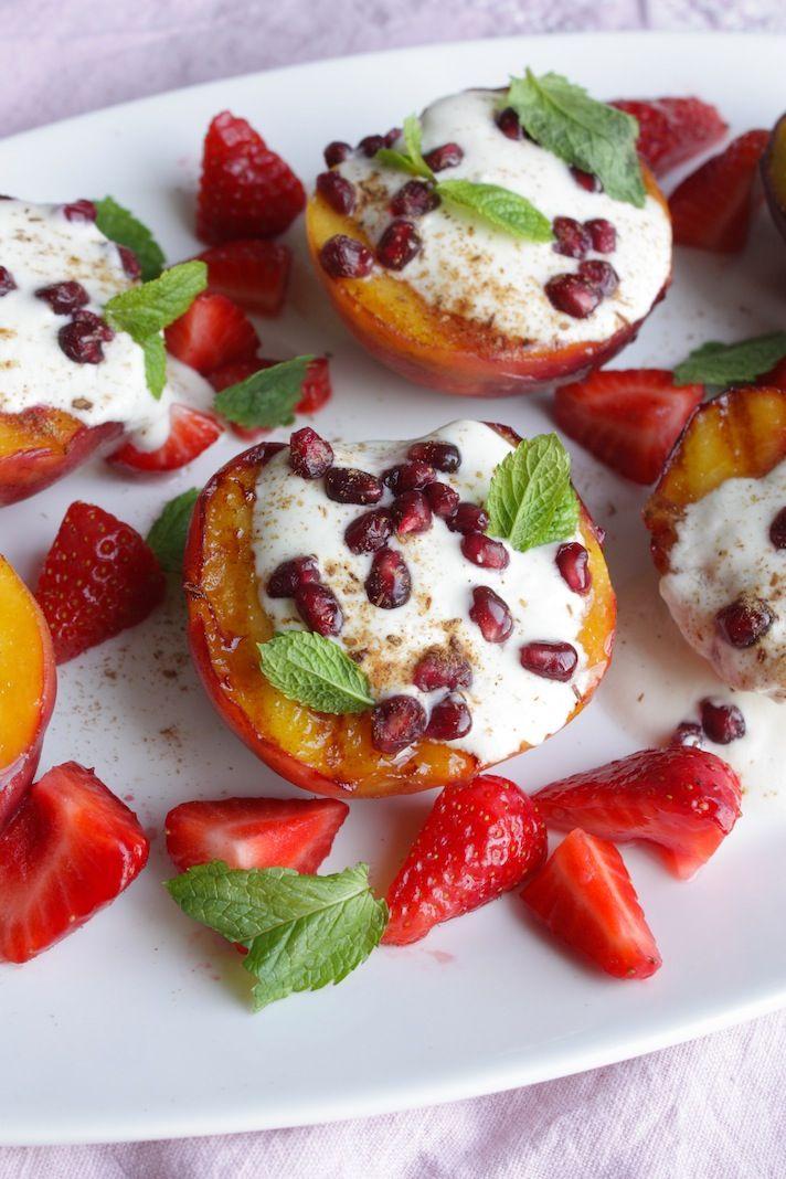 Grilled peaches with yogurt, pomegranate and mint | Gegrilde perziken met yoghurt, granaatappel en munt | Recipe on www.francescakookt.nl