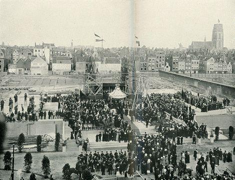 DE EERSTE STEENLEGGING VAN HET STADHUIS op 15 Juli 1915 Foto E. Miedema, uit Rotterdamsch Jaarboekje. Redacteur: Dr. E. Wiersum.