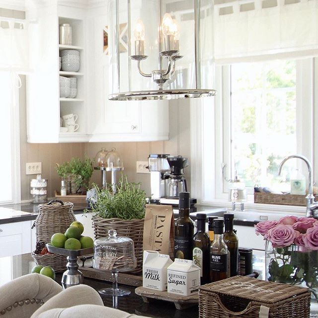 Her nytes en kaffepause!❤️☕️ god ettermiddag!✨ #mykitchen #sigdalkjøkken #rivieramaison #sofiesvilla #freshflowers #interior123 #interior9508 #interior125 #charminghomes #finehjem #shabbyyhomes #tipstilhjemmet #hem_inspiration #kitchendetails #eleganceroom #homeamour #interior444 #interior4you1 #interiorstyled #interior4all