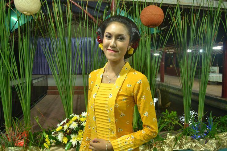 this picture isn't mine. jumputan. motif cengkehan. kebaya kutu baru. yellow.