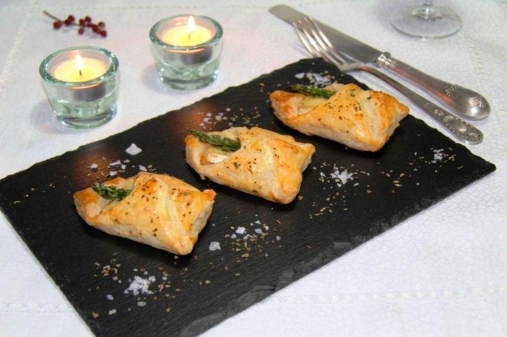 Crujiente aperitivo de paquetitos de hojaldre rellenos que contienen pavo, espárragos trigueros y queso tipo Brie. Muy fácil de preparar.