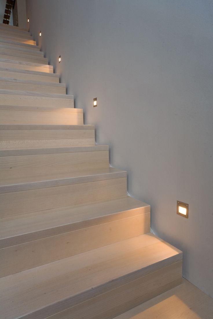 Escada simples e alinhada com iluminação ao nível dos pés.   – DG