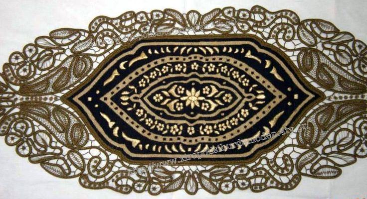 Κ24 σεμέν.Ολο το χρυσό έχει κεντηθεί φουσκωτό ανεβατό. Το μπλε φόντο σταυροβελονιά.Η χειροποίητη δαντέλα λασέ γύρω το κάνει πολύ αρχοντικό.Φανταστείτε το στρωμένο σε τραπεζαρία με σκούρο ξύλο. Γιούλη Μαραβέλη-Χαλκίδα.Τηλ:22210 74152.