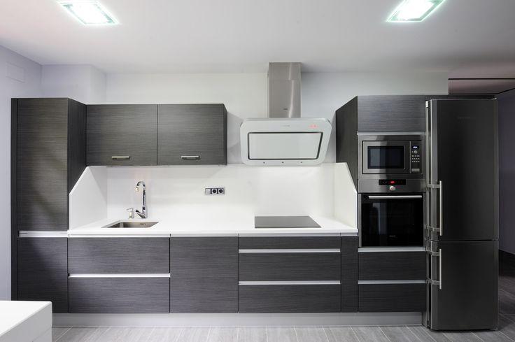 Esta cocina ha sido diseñada e instalada por Karsuk de Bera, esta realizada en melamina y cuenta con nuestro tirador T 4016 integrado en la puerta. #cocinas #muebles