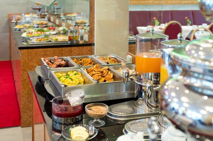 Russische Blinis (Pfannkuchen) und Tee aus dem Samowar gehören zu unserem Zarenfrühstück.
