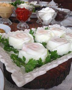pazar kahvaltısına sunum önerisi silikon gül kalıpları fırça yağladım, içlerine birer yumurta kırıp tuz döktüm bir tencereye az su koyup silikon kalıpları yerleştirip pişirdim..
