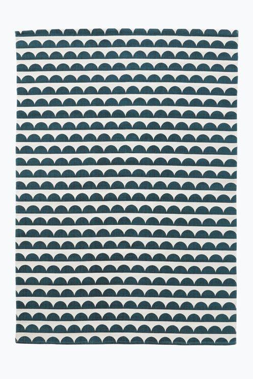 med trykt, retroinspirert mønster.  <br><br>For økt sikkerhet og komfort, bruk et antigliteppe for å holde teppe på plass. Antigliteppet finnes…