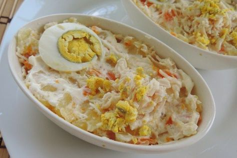 Ensaladilla de Pollo : 6 patatas 4 zanahorias 1 pechuga de pollo 2 huevos duros Sal Pimienta negra molida Mayonesa Casera