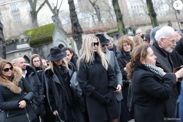 Samantha Marshall, Déborah Marshall, Sarah Marshall, William Marshall, Isabelle et Paul Roussel (le frère de Michèle Morgan) lors des obsèques de Michèle Morgan enterrée au côté de son compagnon Gérard Oury, au cimetière du Montparnasse. Paris, le 23 décembre 2016.