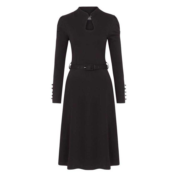 Voodoo Vixen. Een zwarte elegante jurk met een hoge nek. Bij de hals zit een opening met een knoopje en op de mouwen zitten ook knopen als decoratie.