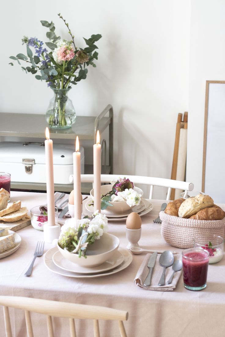 Hoera het is voorjaar en er staan weer fijne feestdagen voor de deur. Ik grijp de feestdagen graag aan om er ook écht een feestje van te maken en lekker uit te pakken: allerlei lekkers te maken én de tafel mooi te dekken. In samenwerking met Dille & Kamille stylde ik een chique paasbrunch. Kleuren afstemmen Als basiskleur voor de tafelaankleding koos ik voor zachtroze. Deze kleur komt terug in het tafelkleed en het servies. Doordat het tafelkleed en het servies dezelfde kleur hebben oogt ...