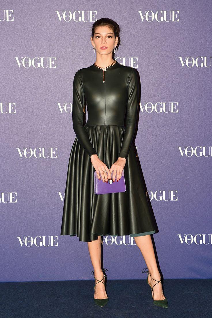 Marta Ortiz con vestido de cuero con falda plisada, de Roberto Diz. Flowing gathered leather midi skirt and leather top.