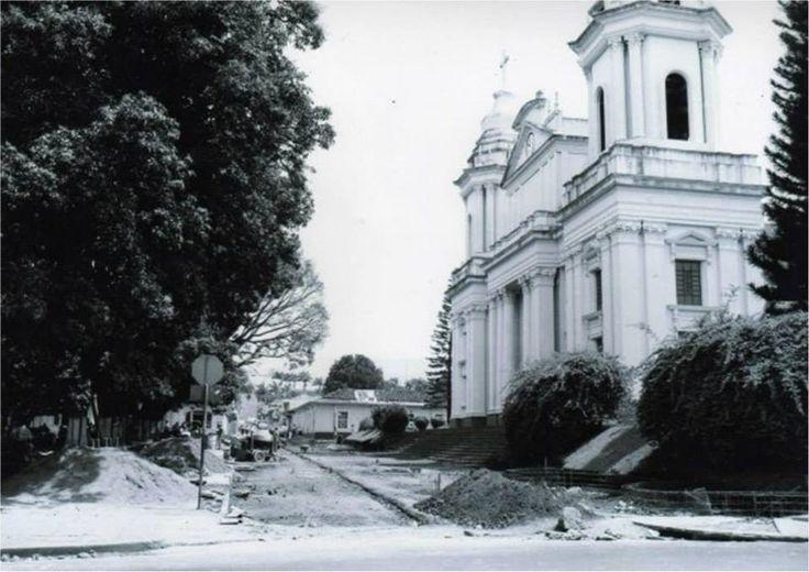 Vista de la construcción del Bulevar Monseñor Esteban Lorenzo Tristán en los ochentas. Al fondo los antiguos salones de catequesis.