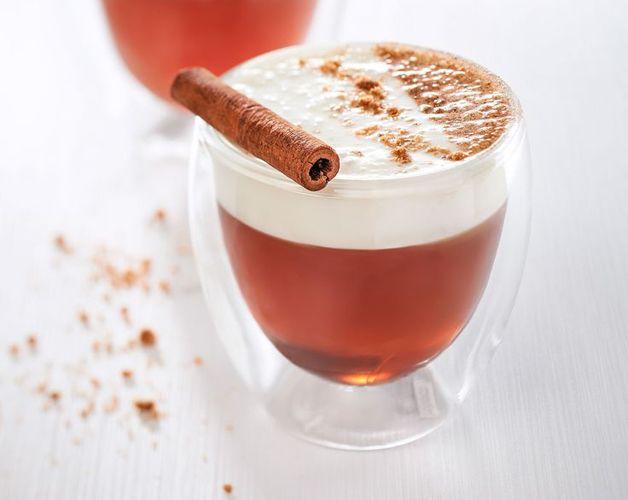 CHÁ ESCOCÊS Ingredientes - 120ml de uísque escocês - ½ litro de chá preto quente - 150gr de creme de leite fresco sem soro - 4 colheres (sopa) de açúcar - Noz-moscada a gosto  Modo de preparo: Coloque o açúcar, o uísque e o chá preto em uma xícara grande e misture um pouco. Em seguida, coloque por cima o creme de leite, e polvilhe a bebida com a noz-moscada.