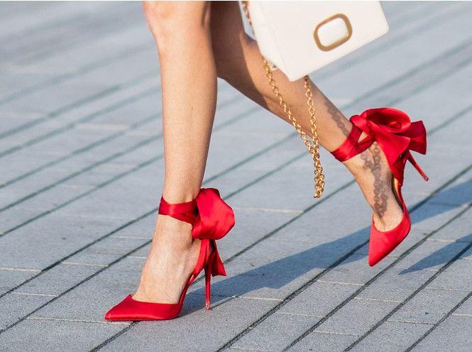 Wie trägt man diesen Sommer rote Schuhe und Sandalen | Rote