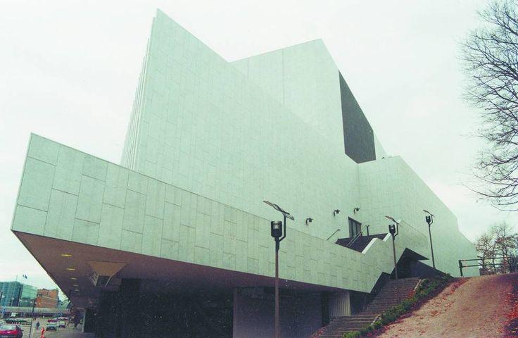 Tidlös arkitektur är inne just nu. Tidigare i år ägnade Helsingin Sanomat ett helt nummer av sin tidskrift Teema åt temat och förde självklart fram Alvar Aalto. Men Aalto var inte tidlös medan han levde, han blev det långt senare. Finlandiahuset ritades av Alvar Aaltos och färdigställdes år 1971.