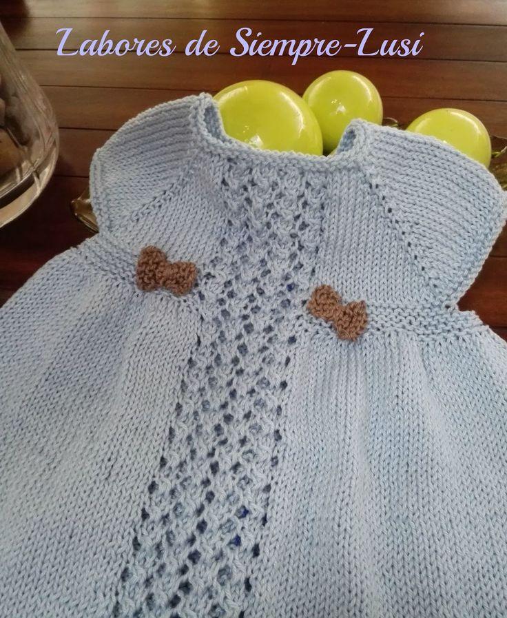 Vestido bebé en color celeste para una talla de 3 meses en adelante.Se comienza por el cuello .Con calado central.Terminado con borde de c...