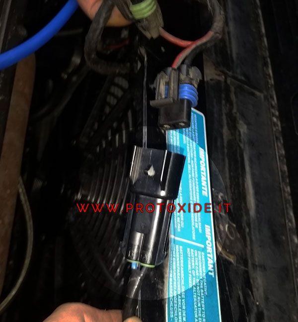 Connettore elettrico per ventola Lancia Delta 2000 8-16v 2 vie al prezzo di 13,00 € Euro.  Connettore elettrico a 2 fili da applicarsi sul lato cablaggio ventola per mantenere la solità originalità dell'auto.