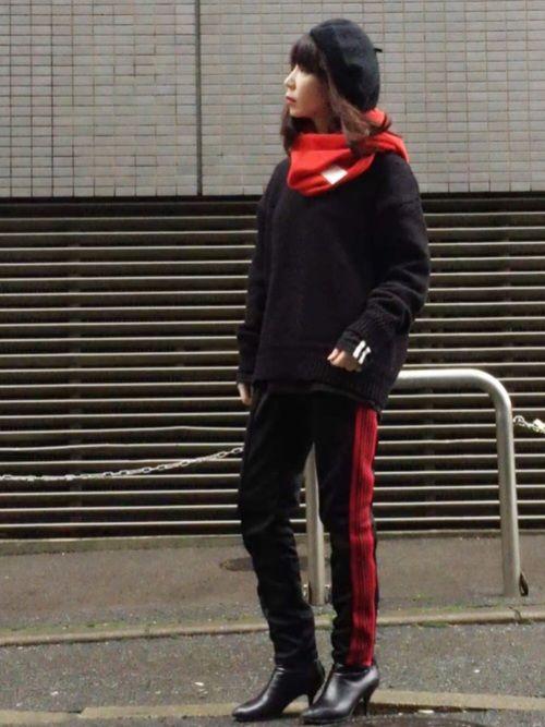 クリスマスカラーでスポーツミックス 赤いラインパンツ、 TETU→HDK→勝手にワニコが着て
