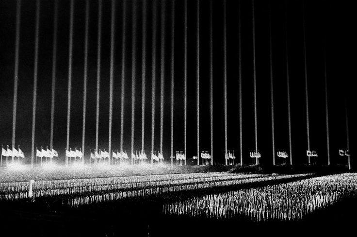I giochi di luce ideati da Albert Speer al campo Zeppelin di Norimberga, durante l'adunata annuale del partito nazista del settembre 1938. (AP Photo)