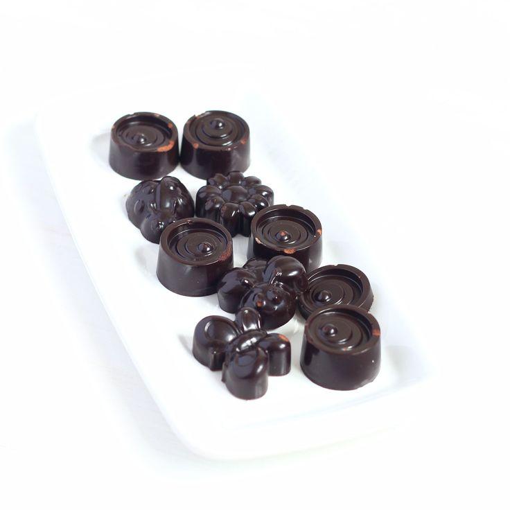 А сегодня мы поделимся с вами рецептом НАТУРАЛЬНЫХ шоколадных конфет😃, как и обещали в прошлое воскресенье.  Для их изготовления необходимы следующие ингредиенты: ♦️ какао – 70 гр. ♦️ тёртое какао масло – 100 гр. ♦️ мёд —70 гр. (или по вкусу) или сироп агавы ♦️ чили перец – на кончике ножа ♦️ другие специи или наполнители – по желанию и по вкусу  Сначала топим какао масло на водяной бане или на очень медленном огне в сотейнике, в топлёное масло добавляем оставшиеся ингредиенты, разливаем по…