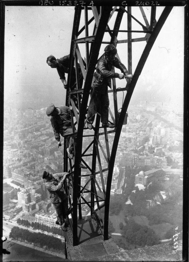 Peintres sans harnais sur la Tour Eiffel en 1910. Prises de risque incroyable pour parer la Tour de ses plus beaux atours.