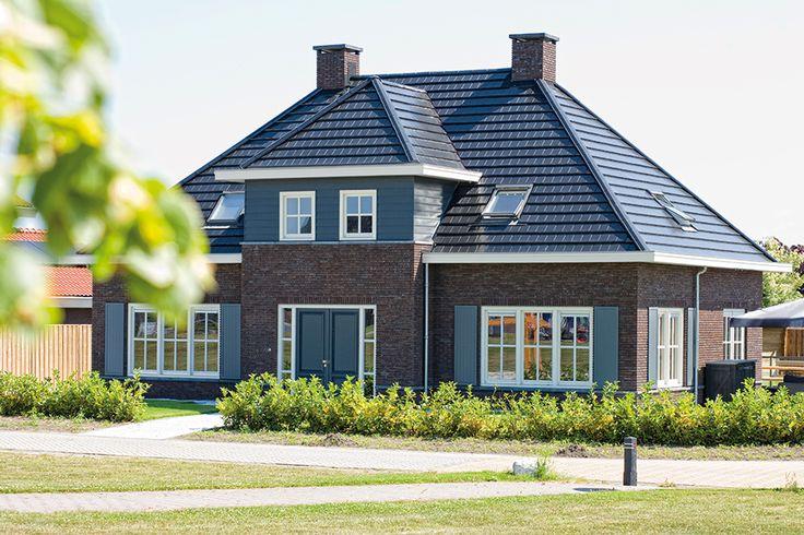 Hier een mooi voorbeeld van een klassieke stijl in nieuwbouw uitgevoerd. De potdeksel panelen zijn hier uitstekend gekozen vanwege de combinatie van een traditioneel model in een nieuwe vorm. http://www.keralit.nl/gevelbekleding/