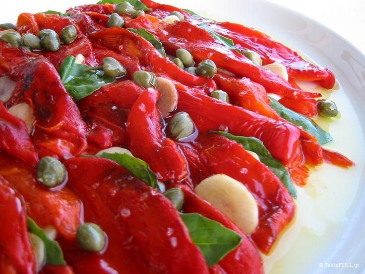 «Αγαπημένες πιπεριές Φλωρίνης, χρόνια τώρα κάνετε τη ζωή μου νοστιμότερη και τους καλεσμένους μου χαρούμενους. Το χρώμα σας στολίζει το καλοκαιρινό τραπέζι. Η γεύση σας ταιριάζει τόσο πολύ με τη κάπαρη, το βασιλικό, το σκόρδο, τις πράσινες ελιές ακόμα και τις αλμυρές σαρδελίτσες! Πολύ καλό ελαιόλαδο θέλετε πάνω σας και μια υποψία καλού ξυδιού. Σερβιρισμένες …