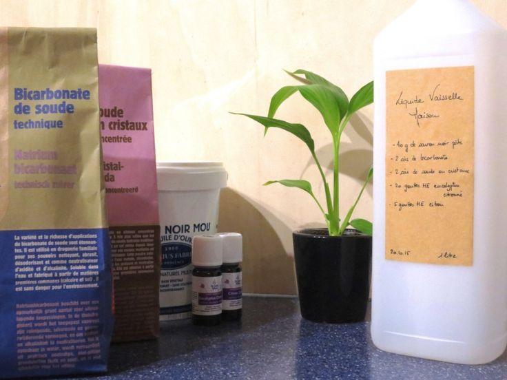 Liquide vaisselle au savon noir || Ingrédients pour 1 litre : 40g de savon noir pâte à l'huile d'olive (ou 120ml de savon noir liquide) + 1 càs de soude en cristaux (ou 2 càs si vous utilisez des cristaux de soude d'une autre marque) + 2 càs de bicarbonate de sodium + ~25 gouttes d'huiles essentielles (=HE) au choix, préférez celles qui ont des actions antimicrobiennes. Ici 20 gouttes d'HE eucalptus citronné bio et 5 gouttes d'HE citron zeste bio