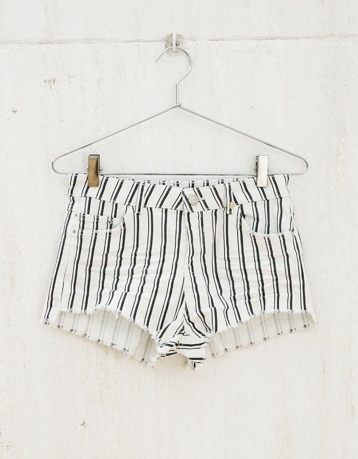 Szorty BSK z serży z przetarciami.  Odkryj to i wiele innych ubrań w Bershka w cotygodniowych nowościach