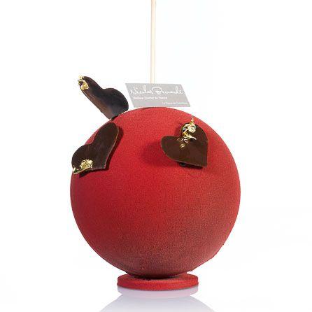 2014 - Grande Pomme d'Amour - Nicolas Bernardé. Sous une fine couche de chocolat perlée de billes en chocolat noir et vanille, un croustillant noisette au cœur coulant de caramel et des pommes façon Tatin, l'ensemble enrobé d'une coque en chocolat croquant. 4 personnes : 24 €