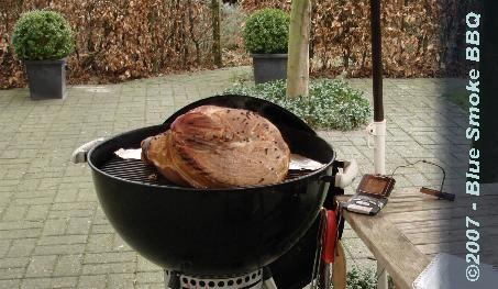 Foto van Varkenspoot op de Weber barbecue.