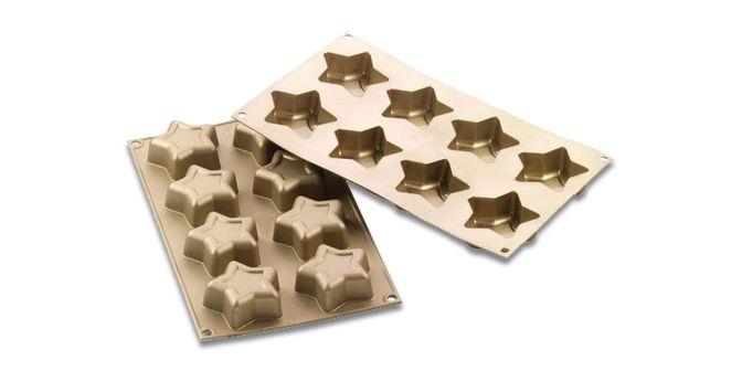 """MULTISTAMPO """"Stelline"""" - SILIKOMART  Stampo monoporzione in silicone antiaderente perfetto per celebrare le festività Natalizie. Lo stampo permette di realizzare un tipico dolce della tradizione natalizia italiana in versione monoporzione. Lo stampo si presenta in una preziosa confezione e all'interno è inclusa l'esclusiva ricetta.  Dimensioni: 70x25mm Volume: 8x52,5 ml Tot. 420ml Range della temperatura di cottura: da - 60°C a + 230°C. Garantito n°3000 cotture."""