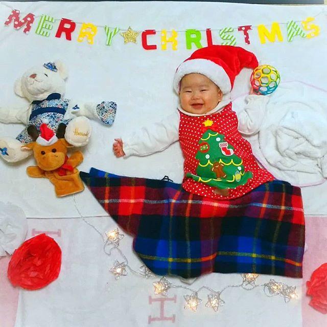 2017.12.15(#生後175日 #5m22d )  .  #クリスマス なので  #お昼寝アート やってみました!  麗奈#サンタクロース だよ💕  .  実はこの服、  麗奈ちゃんに  「これとこれ、どっちがいいー?」  って選んでもらった服なんです😆💕  .  だから今日着るときも  バタバタ嬉しそうでした~💕  .  #手作り だから完璧とはいかないけど  まあまあ可愛く出来たかな?✨  .  そりを引く#くま が居るのと  #トナカイ がやたら小さいのは  ご愛嬌で!笑  .  #ねころんでアート #オリジナル #DAKSクリスマスジャンパーデー #わが家のクリスマス #lohasclub #生後5ヶ月 #6月生まれ #女の子ママ #ママ友募集中  #プレイフォーピース #こどものヒトサラ #こどもとクリスマス2017 #ストエキクリスマス