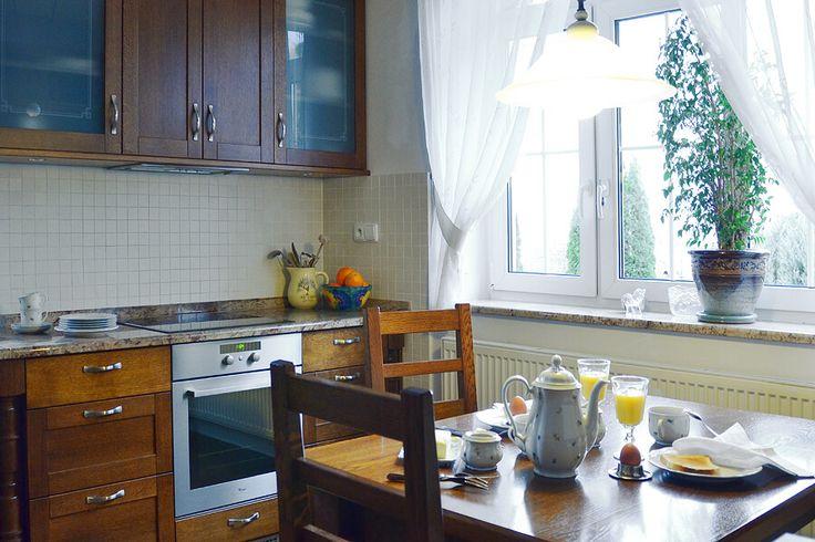 Důkazem, že i malý prostor může být maximálně využitelný a navíc malebný je realizace kuchyně v rodinném domě pro sběratele starožitností. Rekonstrukce nevyhovujících prostor menší kuchyňky interiérovou designérkou Veronikou Kostovouvdechla místnosti nový život. Neveliká kuchyně se nyní může pochlubit pohodlím po všech směrech, navíc ve stylovém provence kabátku. Nechte se inspirovat!  Při návrhu kuchyně bylo klíčové vycházet z ostatního interiéru domu, přímo pak z interiéru obývacího…