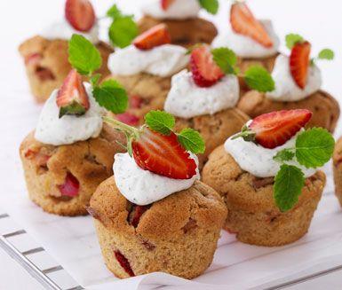 Ett mumsigt recept på oemotståndliga rabarber- och jordgubbsmuffins med topping. Du gör muffinsen av bland annat smör, citron, jordgubbar, rabarber, crème fraiche och citronmeliss. Servera som efterrätt!