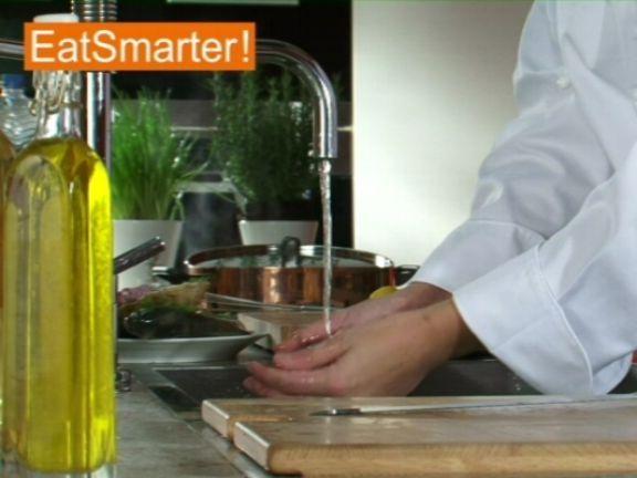 Frische Venusmuscheln zu waschen ist ganz einfach! EAT SMARTER zeigt Ihnen wie es geht.