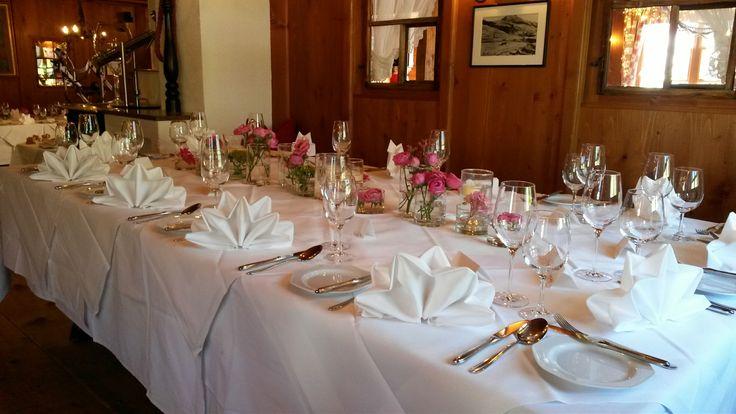 In den gediegenen Stuben des Alten Goldenen Bergs wird das Hochzeitsmenü serviert. #Hochzeit #wedding #Lech #Arlberg #location