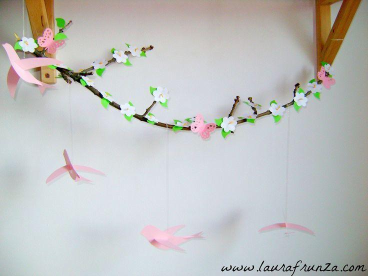 Creangă decorativă cu flori de hârtie